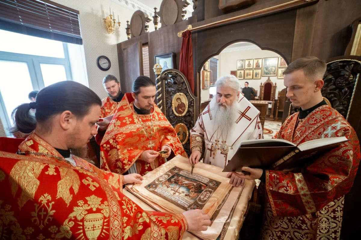 Божественная литургия в домовом храме во имя святых новомучеников и исповедников Церкви Русской при Архиерейской резиденции Ульяновска